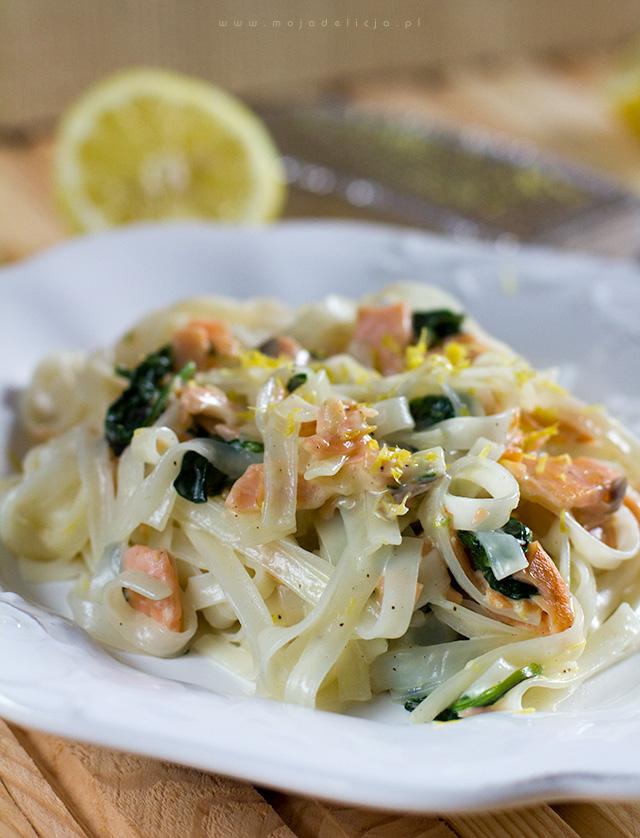 makaron-ryzowy-z-lososiem-wedzonym--i-szpinakiem-w-sosie-cytrynowym