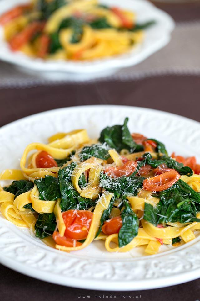 szybki-makaron-ze-szpinakiem-i-pomidorkami-quick-noodles-with-spinach-and-tomatoes,-danie-w-5-minut3