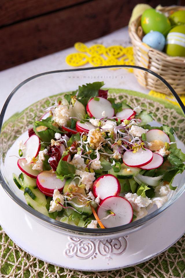 wiosenna-salatka-z-kielkami,-ogorkiem,-rzodkiewka-i-salatami,-wielkanoc,-easter,-spring-salad3C