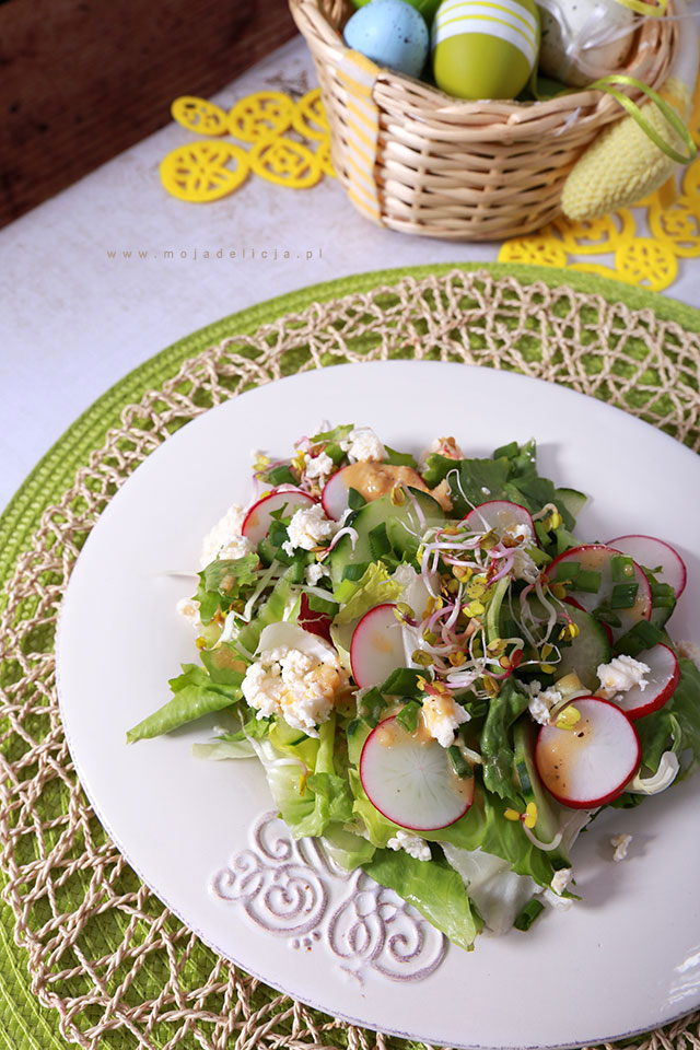 wiosenna-salatka-z-kielkami,-ogorkiem,-rzodkiewka-i-salatami,-wielkanoc,-easter,-spring-saladB