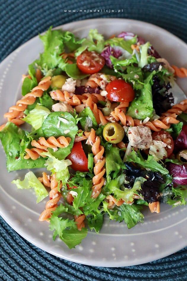 Salatka-z-tunczykiem-pomidorkami-makaronem-pomidorowym-oliwkami-bn