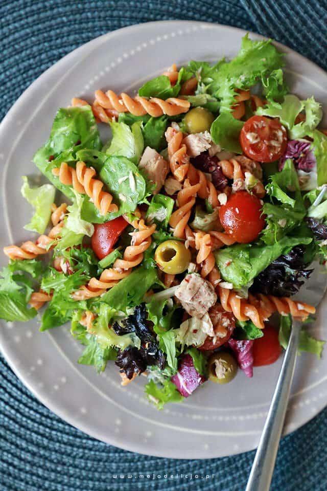 Salatka-z-tunczykiem-pomidorkami-makaronem-pomidorowym-oliwkami2bn