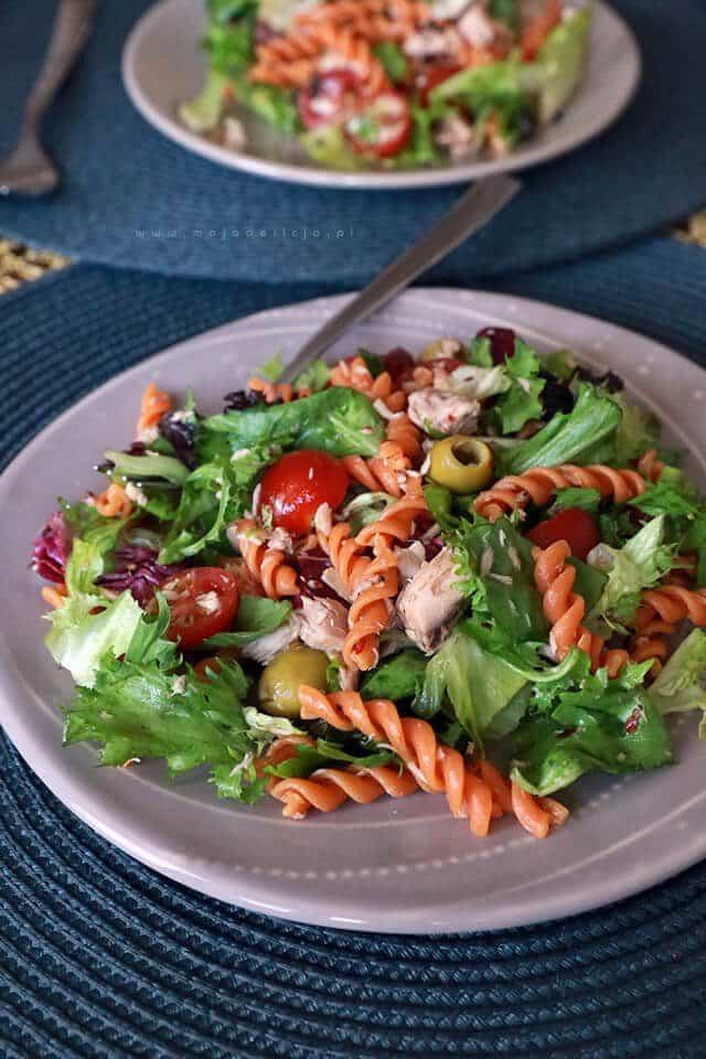 Salatka-z-tunczykiem-pomidorkami-makaronem-pomidorowym-oliwkami4