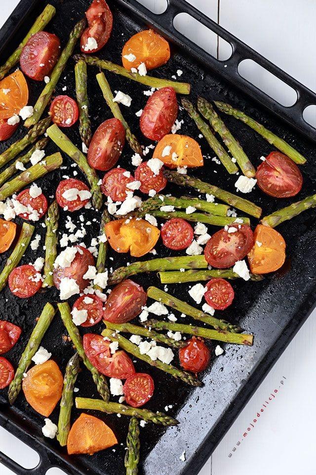 Grillowane-szparagi-z-pomidorkami-koktajlowymi-i-feta