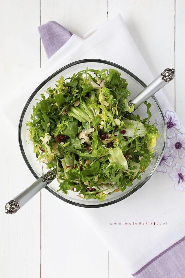 salatka-z-rukoli,-rodzynek-i-chrupiacych-platkow-migdalowych