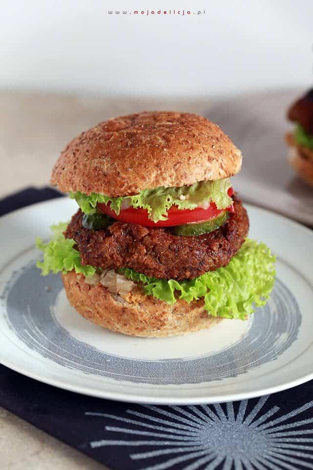 wegetarianskie-burgery-z-komosy-ryzowej-i-czarnej-fasoli,-z-kalafiorowym-hummusem-i-reliszem-cebulowym