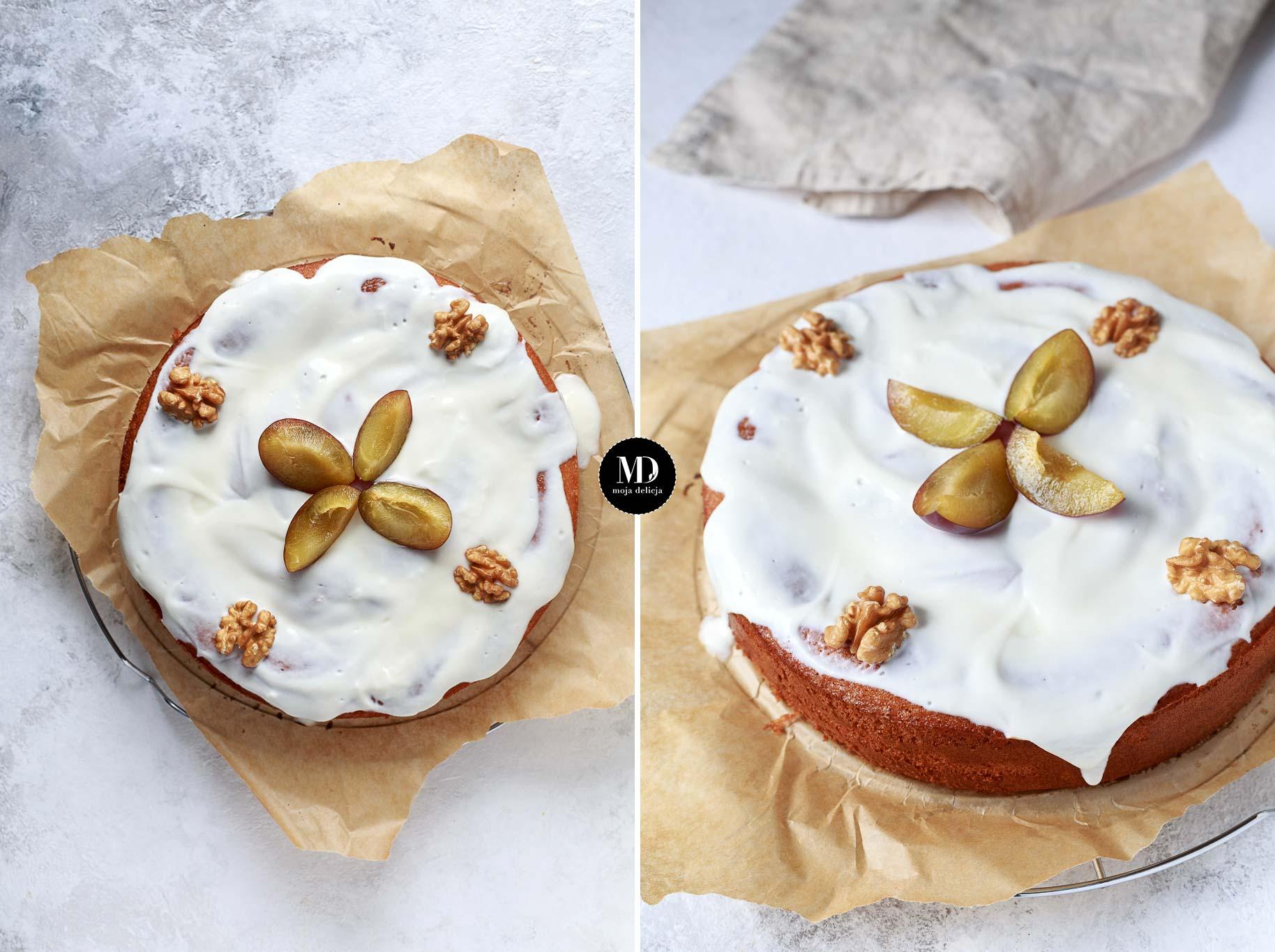 Proste ciasto biszkoptowe ze śliwkami i FIT polewą jogurtową